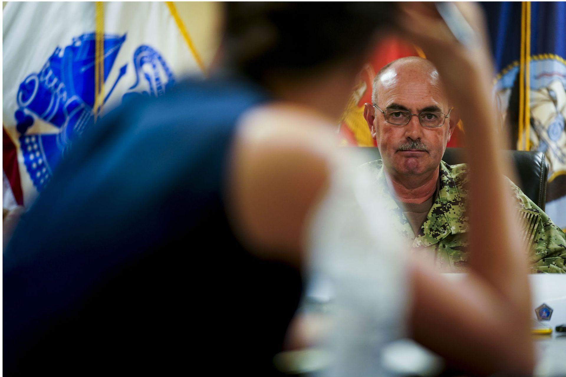 El contralmirante John C. Ring dijo que, debido a que el ejército no tiene médicos para atención geriátrica ni de cuidados paliativos, estaba enviando un equipo para ver cómo la Agencia Federal de Prisiones manejaba a los convictos enfermos y agonizantes
