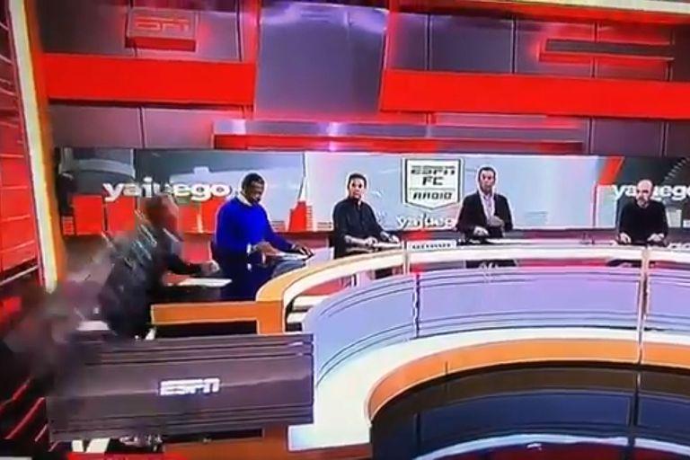 Impactante accidente en vivo en ESPN Colombia: a un periodista se le cayó una pantalla gigante encima