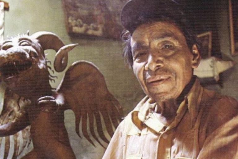 El artista Linares López junto a una de su creaciones en papel maché