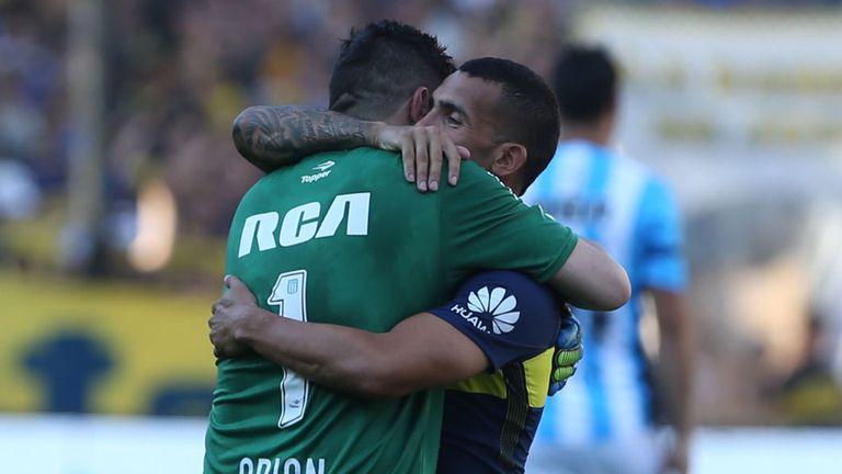 El saludo de Orion y Tevez