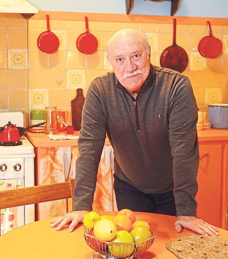 Osvaldo Santoro, que interpreta a un abogado de extracción radical, en la cocina de la vivienda de los protagonistas