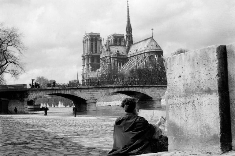 Una mujer pinta la Catedral de Notre Dame a orillas del río Sena el 23 de marzo de 1947