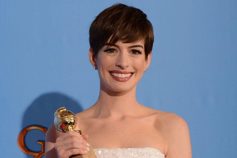 Anne Hathaway alzó una estatuilla por su papel en Los Miserables
