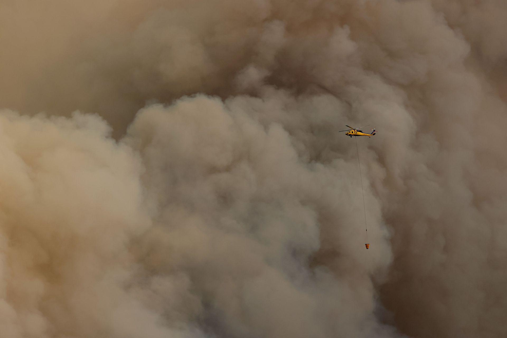 Los helicóptero hidrantes trabajan en las zonas afectadas