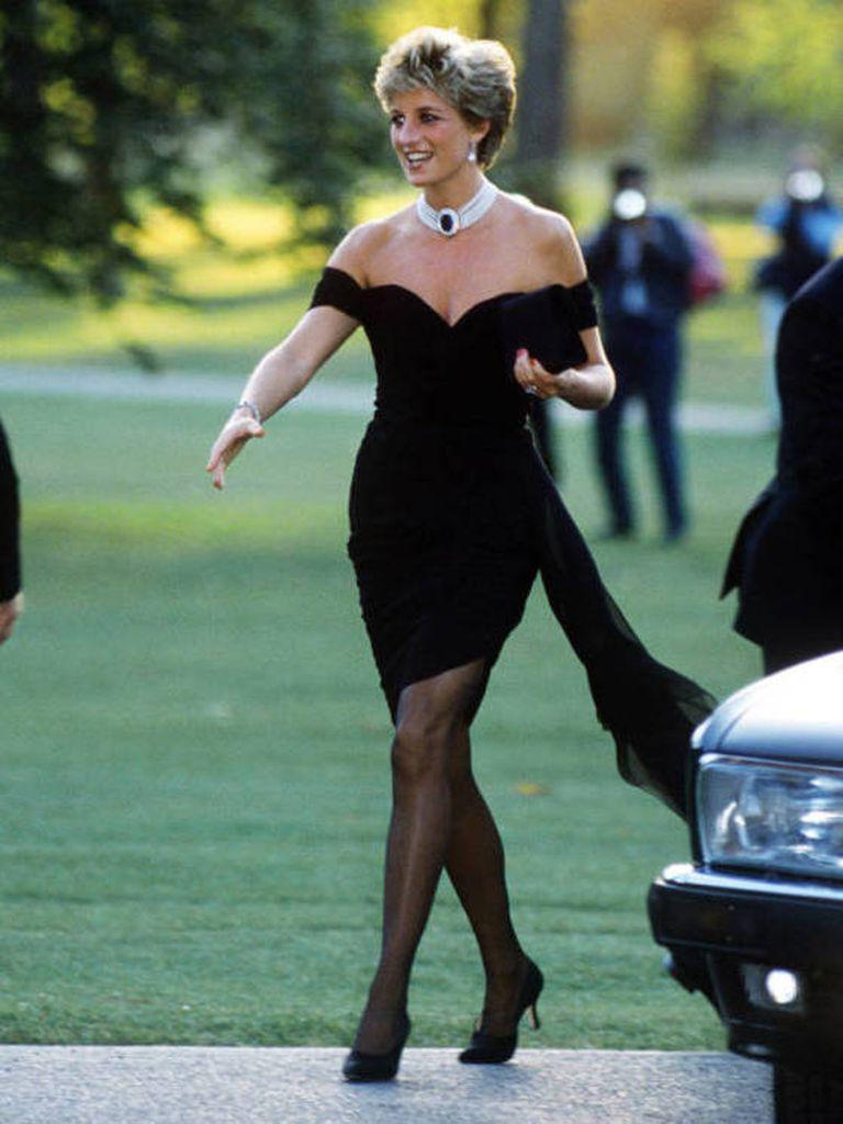 Con su pequeño y elegante vestido negro, en 1994 Lady Di volvió a ocupar la tapa de todos los medios británicos, opacando a su esposo