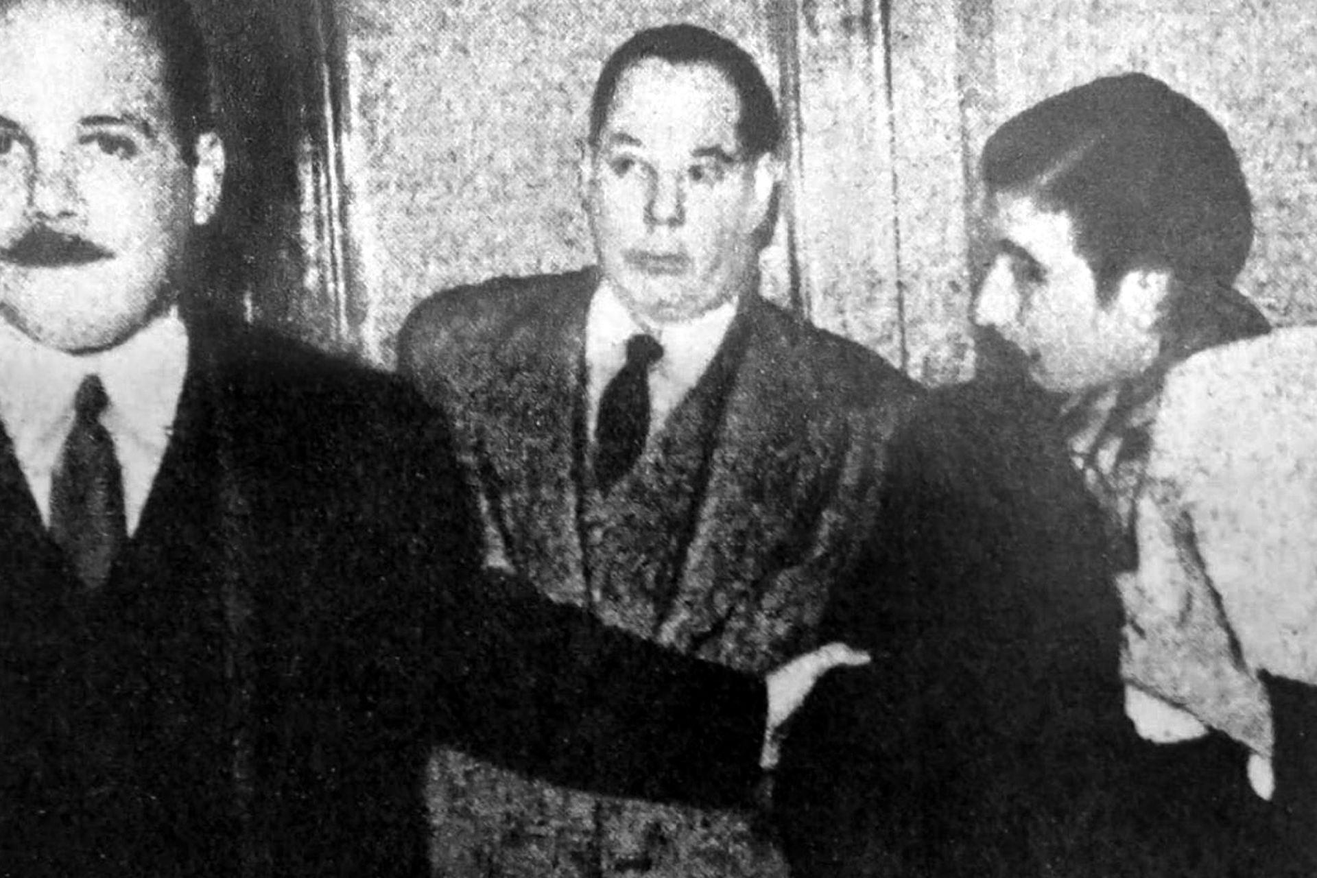 El propio Rodríguez Araya lleva consigo a uno de los niños cantores, el día en que fueron detenidos