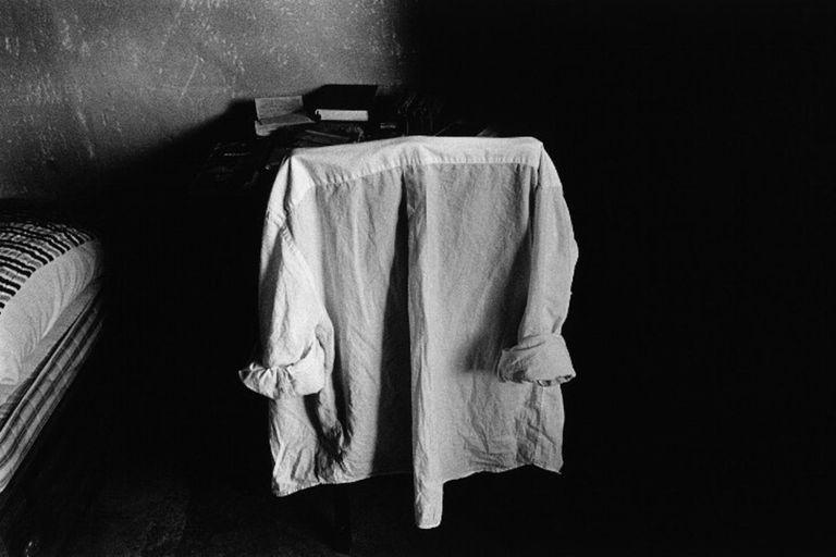 Sin título (Camisa), 1992/2005, fotografía de Adriana Lestido que integra la amplia oferta de la feria virtual de fotografía BAphoto Live