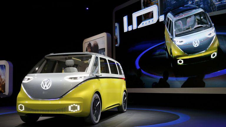 El Volkwagen ID Buzz, una combi eléctrica con un diseño que trae a la memoria a la vieja Transporter, atrajo las miradas del Salón de Detroit