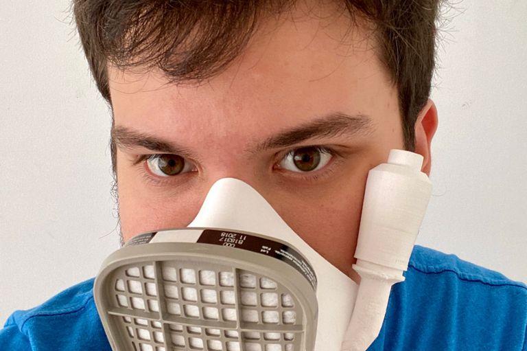 En cuarentena en un hotel: Gino Tubaro trabaja en el diseño de mascarillas en 3D