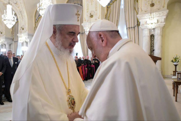 El patriarca rumano Daniel saluda al Papa Francisco en su llegada a Rumania.