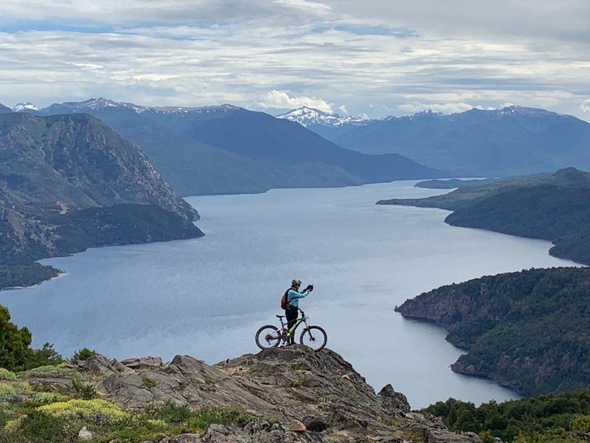 La vista al lago Lácar desde el cerro Bandurrias