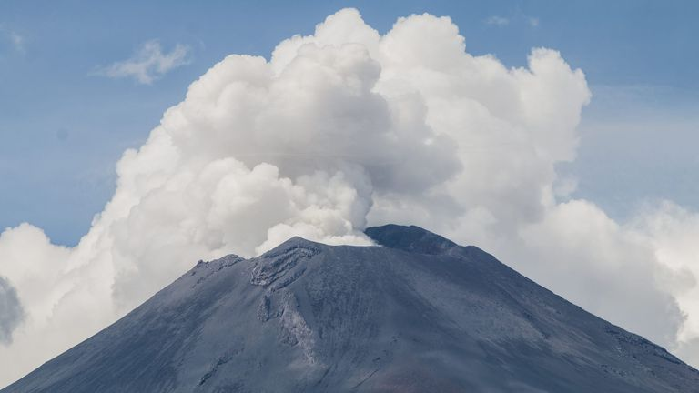 Terremoto en México: se activó el volcán Popocatépetl y cubrió de cenizas pueblos en ruinas