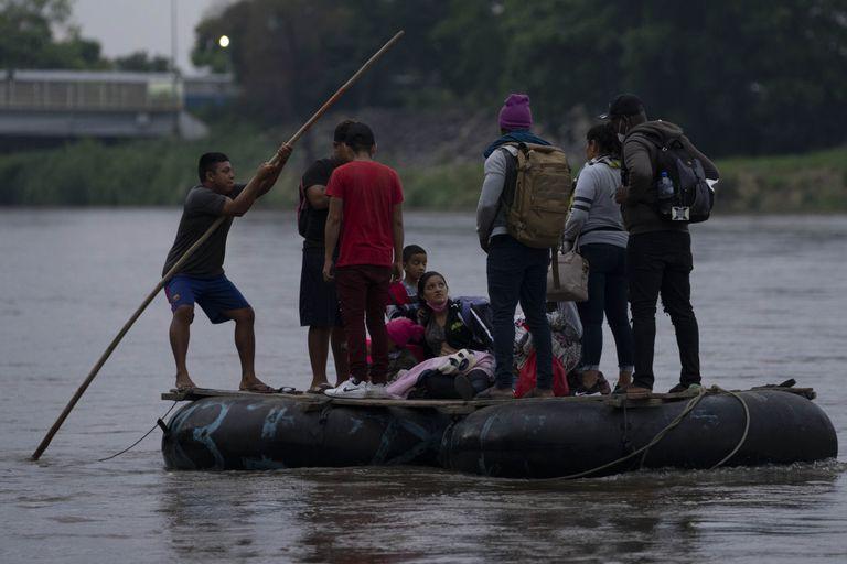Migrantes y viajeros cruzan el río Suchiate, que marca la frontera entre Guatemala y México, desde Tecun Uman, Guatemala, domingo 6 de junio de 2021. (AP Foto/Moises Castillo)