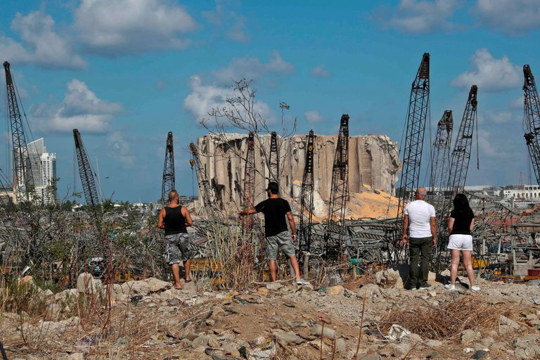 Explosión en Beirut. Un cráter de 43 metros, protestas y una renuncia clave