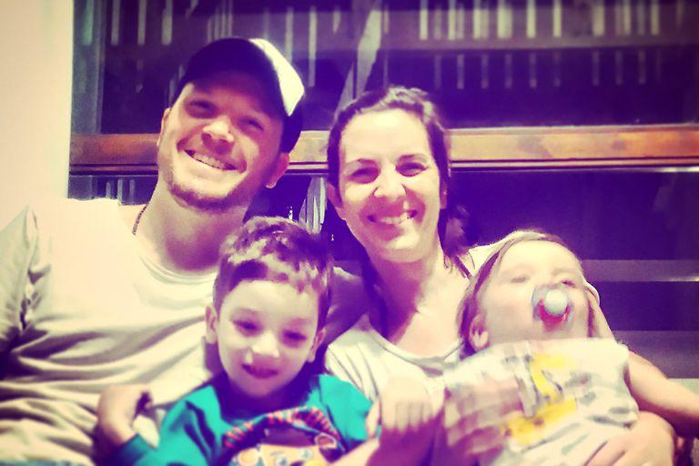 Cristian junto a su esposa y sus dos hijos