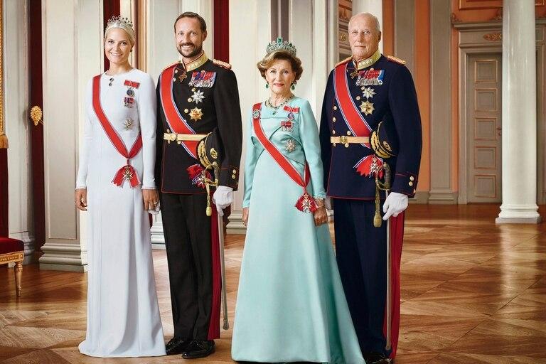 Los reyes junto a su hijo, el príncipe Haakon Magnun y su esposa, la princesa consorte Mette-Marit Tjessem en una foto tomada en el Palacio Real de Oslo, en 2016