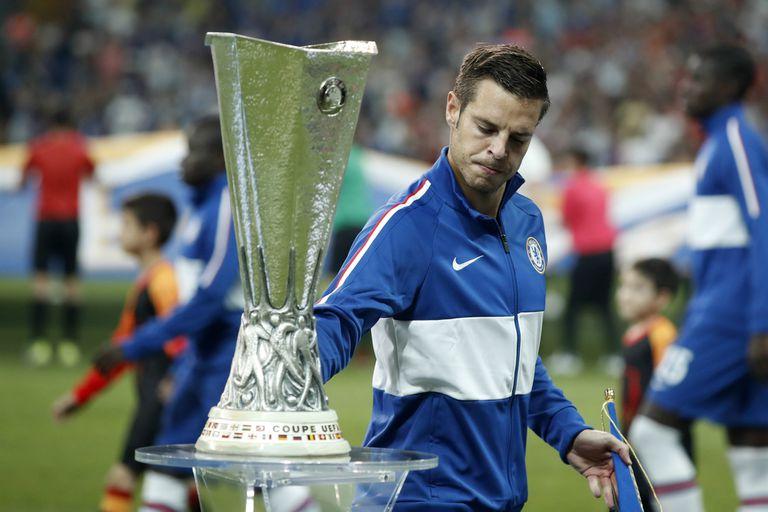 Azpilicueta no evitó la tentación y acarició el trofeo antes de la final