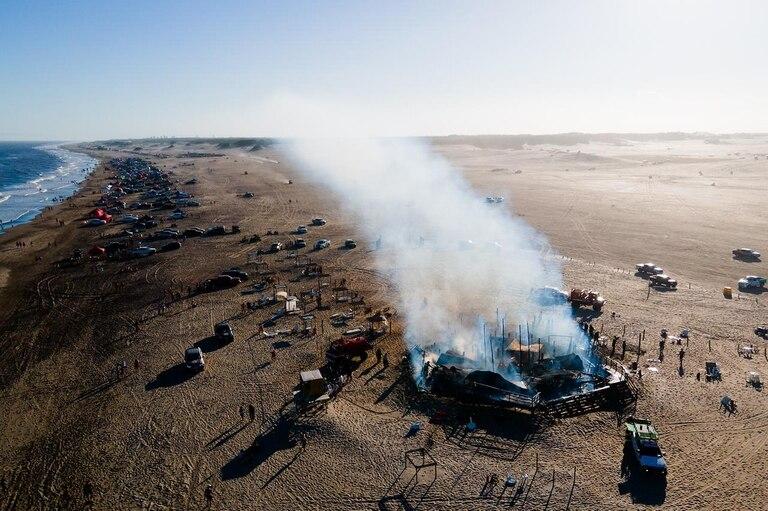 El parador Kaialoha quedó completamente consumido por las llamas; cuatro dotaciones de bomberos trabajan en el lugar.