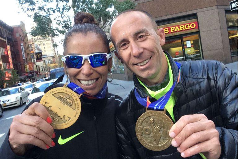 Mariano Mastromarino y Marita Peralta dos atletas de elite tan felices como los aficionados que corrieron en la Gran Manzana