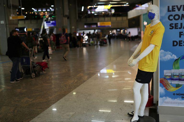 Un maniquí con la camiseta de Brasil recuerda el uso del barbijo en el aeropuerto de Guarulhos, en Río de Janeiro
