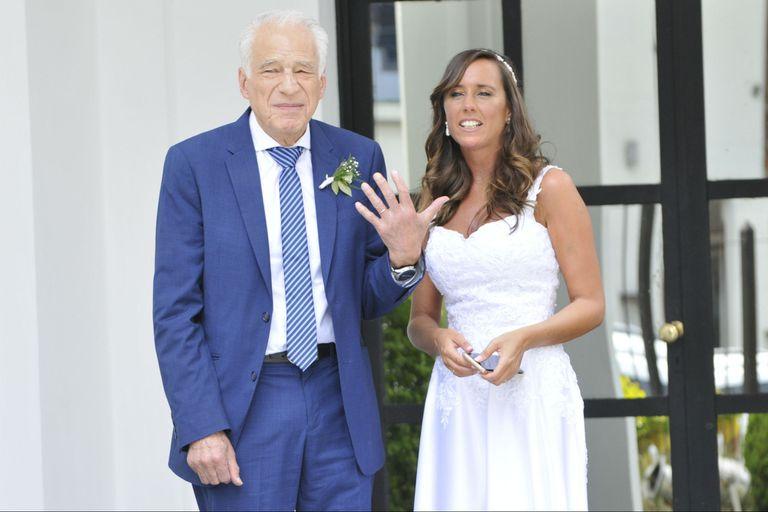 Cormillot mostrando su anillo de casado