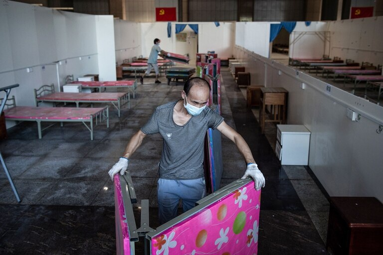Desmantelan el primer hospital de campaña construido en Wuhan, China