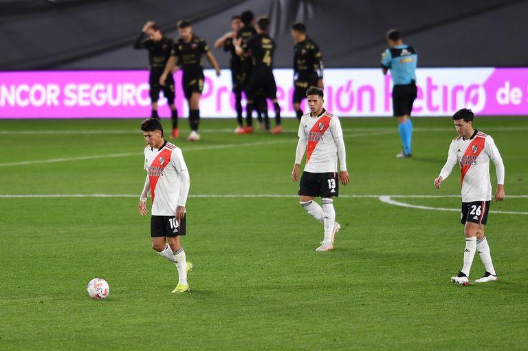El equipo de Gallardo perdió con Colón, que jugó casi todo el partido con 10 jugadores