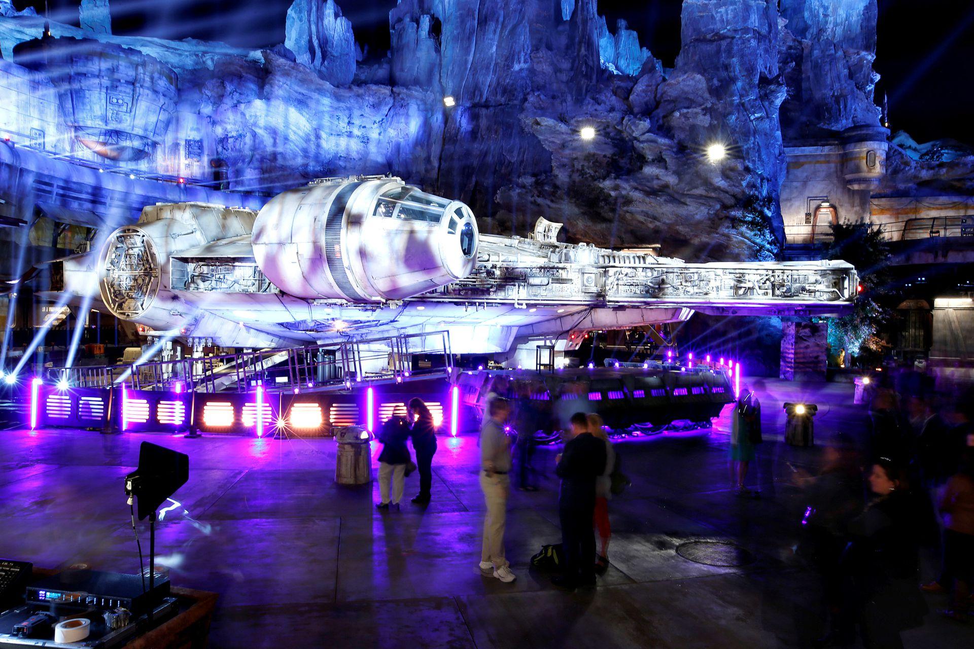 Además de las atracciones, el parque cuenta con restaurantes y tiendas alusivas a la película Star Wars