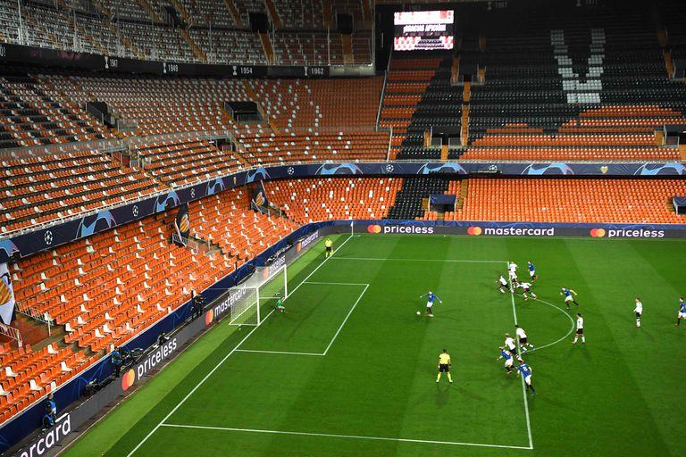 Cuando vuelva, el fútbol se disputará sin público, a puertas cerradas
