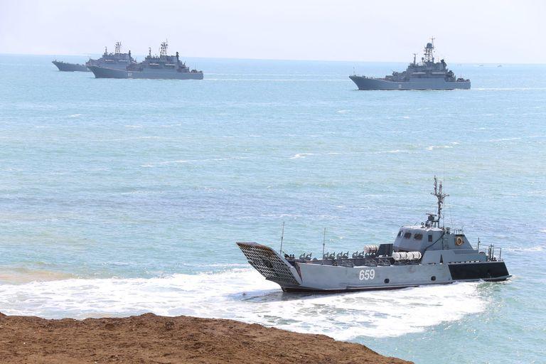 Un barco de la Marina rusa durante las maniobras militares en Crimea