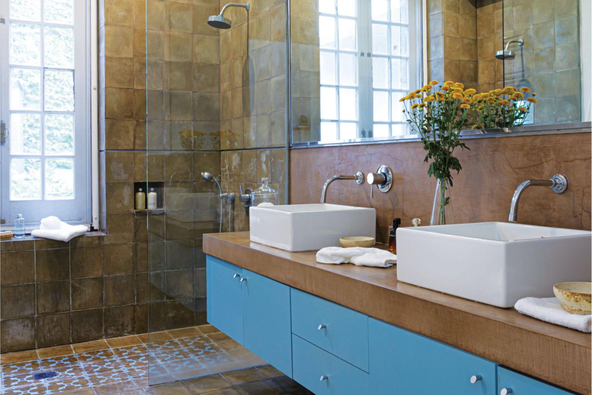 El baño está revestido en calcáreos y cerámicos, y el mueble fue laqueado a tono con estos últimos.