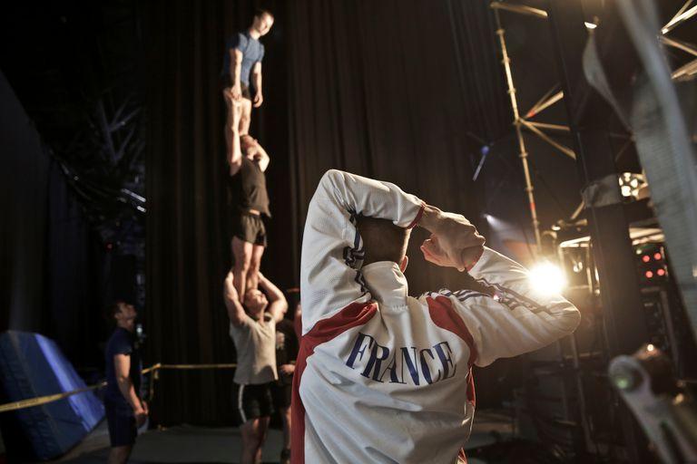 Acróbatas preparándose previo a la función. Séptimo Día. Cirque Du Soleil. Polideportivo de Mar del Plata
