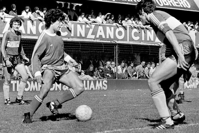 Maradona en acción con la pelota en su pie izquierdo, en la Bombonera