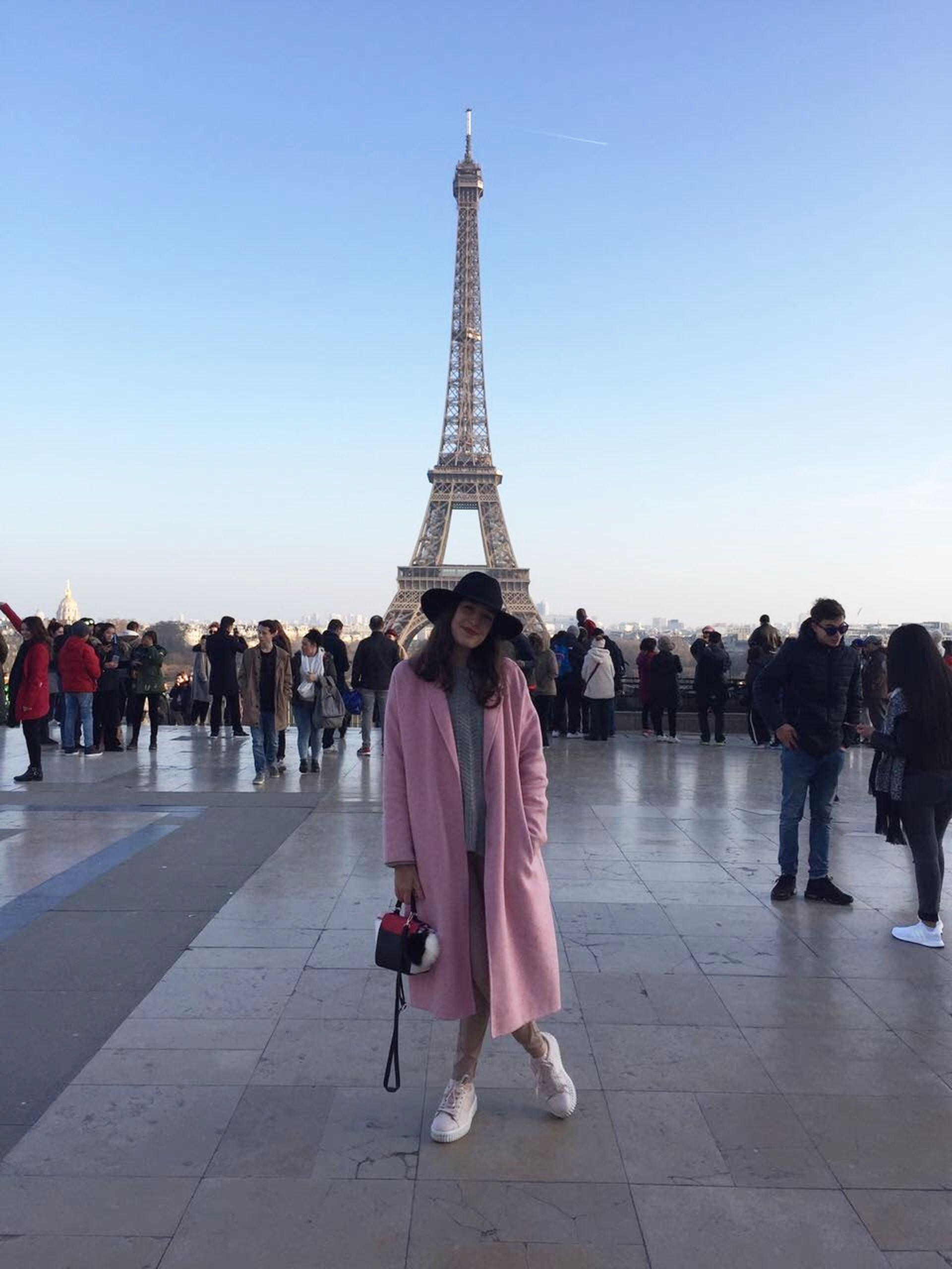 Cuatro años atrás, Emilia partió a Francia para convertirse en perfumista.