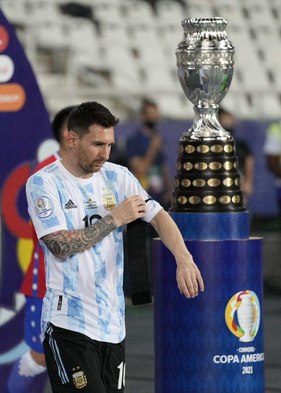 Lionel Messi, de la selección de Argentina, pasa junto al trofeo de la Copa América, al ingresar en la cancha para el encuentro ante Chile, el lunes 14 de junio de 2021, en Río de Janeiro (AP Foto/Ricardo Mazalan)