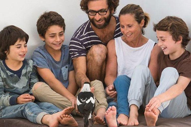 La familia Bloom posa junto a Penguin