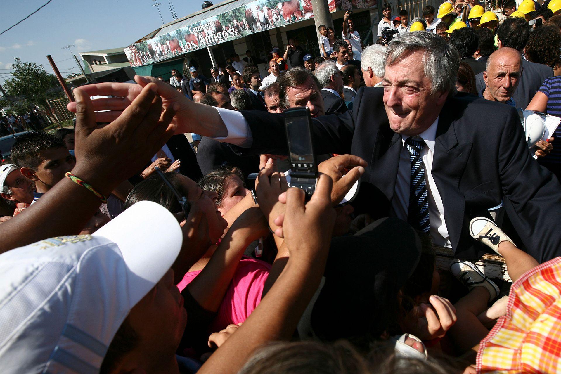 El 7 de abril de 2009, Néstor Kirchner recorrió el barrio La Esperanza de La Matanza junto a Cristina