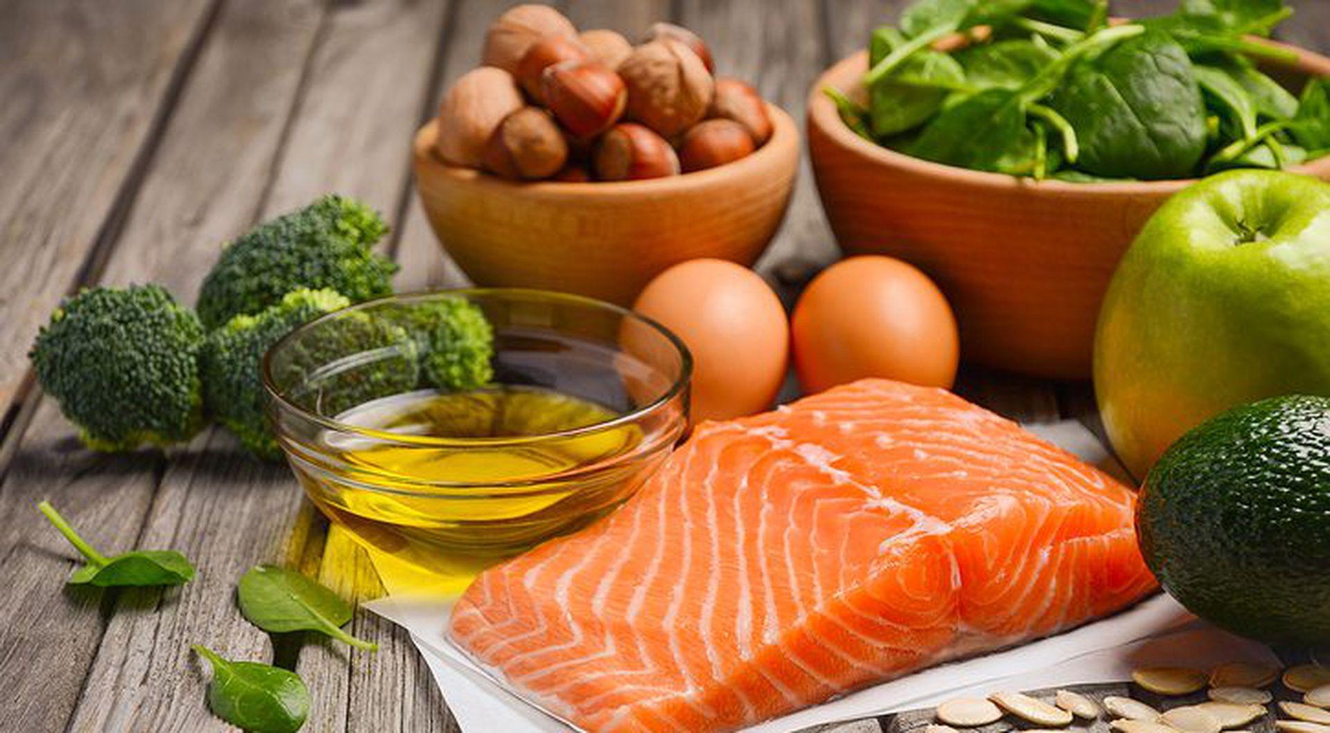 Elegir alimentos frescos, limitar los ultra procesados, dormir adecuadamente, conectarse socialmente y manejar el stress, algo habitual en tiempos de pandemia.
