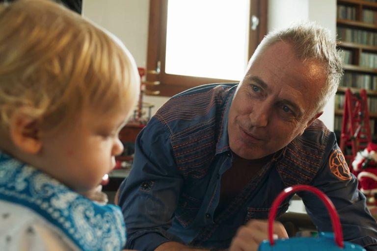 El conductor viajó desde Israel a Buenos Aires para ser anfitrión de los Martín Fierro pero el niño debió quedarse para evitar las largas horas de vuelo