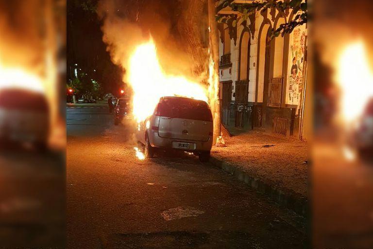 Encontraron una botella con líquido inflamable cerca de una Chevrolet prendida fuego esta madrugada