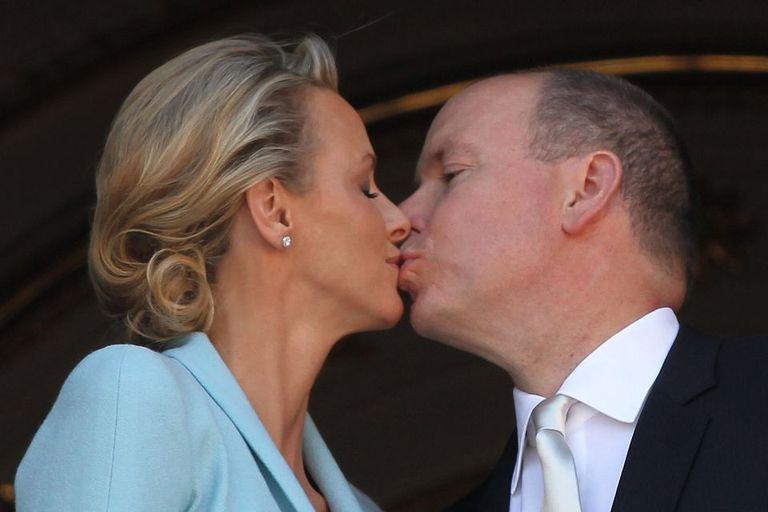 Los primeros besos de los recién casados tras la ceremonia civil