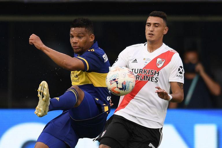 Matías Suárez disputa la pelota con Frank Fabra durante el superclásico de mediados de marzo entre Boca y River