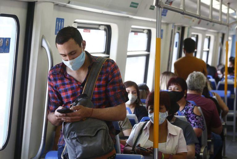 Coronavirus en la Argentina: habilitan que hasta 10 pasajeros viajen parados en trenes y colectivos en horario pico