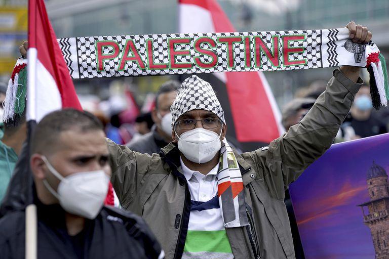 Los manifestantes asisten a una manifestación de protesta en solidaridad con los palestinos en Berlín, Alemania, el sábado 15 de mayo de 2021. La gente se reúne para conmemorar el 'Día de la Nakba', el aniversario del desplazamiento de cientos de miles de refugiados de lo que ahora es Israel durante la guerra de 1948 que rodea su creación.