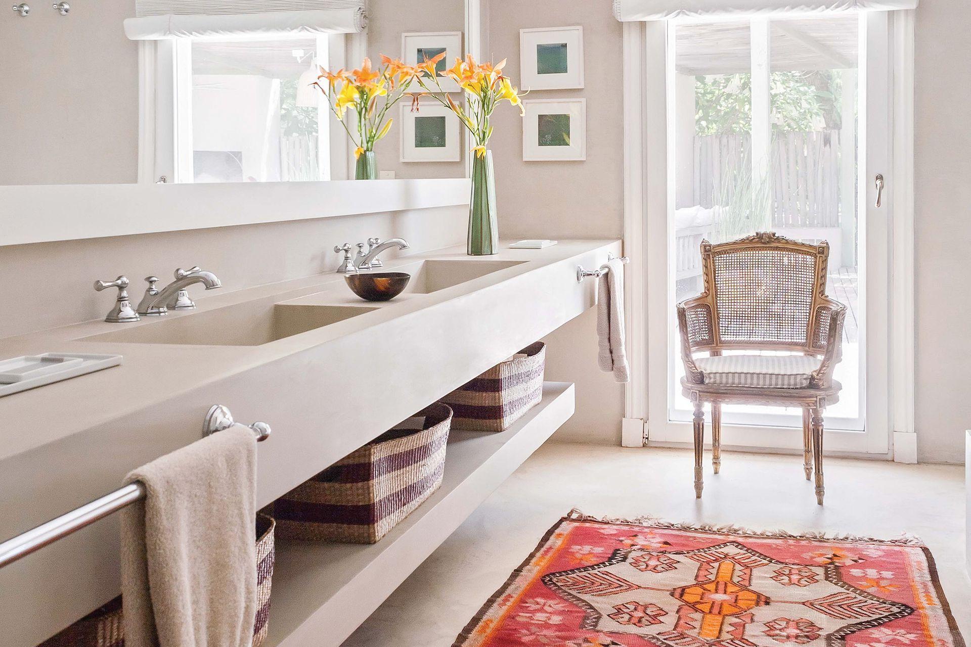 Moderno y funcional, en el baño se advierte una vez más el gusto de la dueña por los textiles; en este caso, una fantástica alfombra turca (María Giménez) que suma color, historia y calidez.