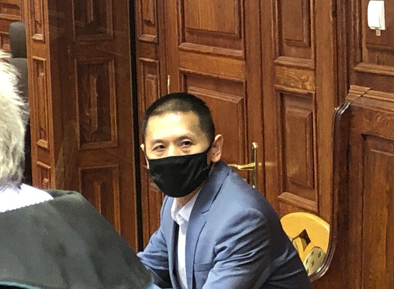 El ciudadano chino y exdirectivo de Huawei en Polonia, Weijing Wang, en el inicio de su juicio por espionaje en un tribunal en Varsovia, Polonia, martes 1 de junio de 2021. Wang se ha declarado inocente. (AP Foto/Monika Scislowska)