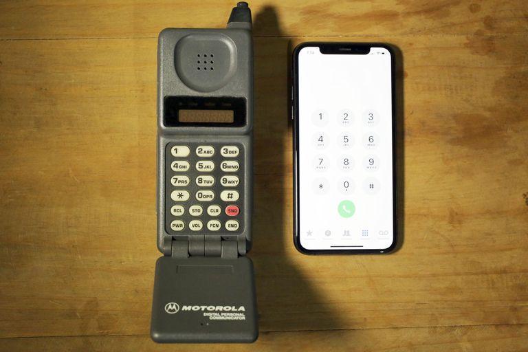 Un Motorola PT500 junto a un iPhone XS