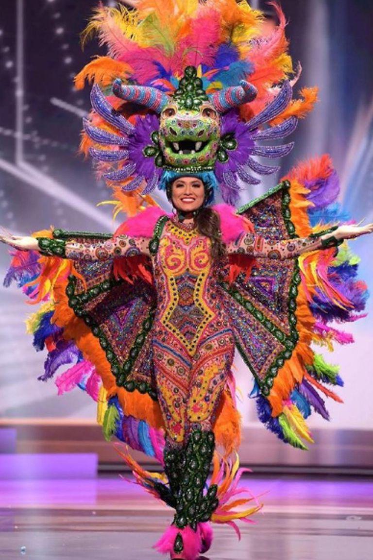 Con un traje del artista Avelino Roque Osorio que representa los colores, cultura y tradiciones de México, la representante de ese país deslumbró al mundo
