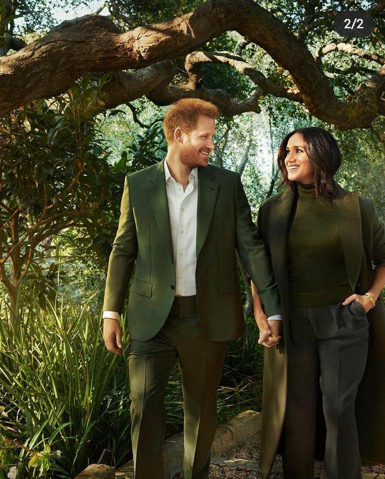 En los jardines de su casa en Montecito, la pareja parece montada digitalmente sobre la imagen