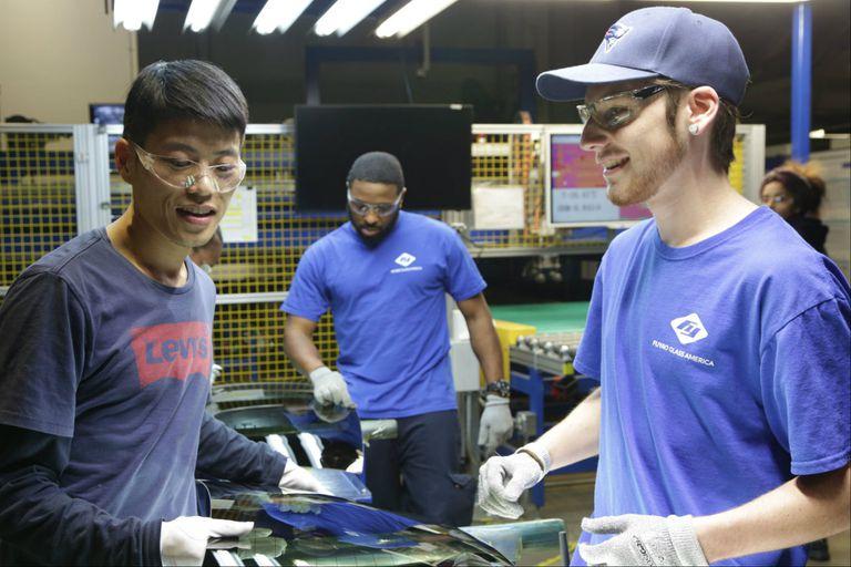 Trabajadores chinos y norteamericanos conviven no sin dificultades en una fábrica de vidrio en Dayton, Ohio adquirida por un multimillonario chino, en el documental American Factory, que acaba de estrenar Netflix